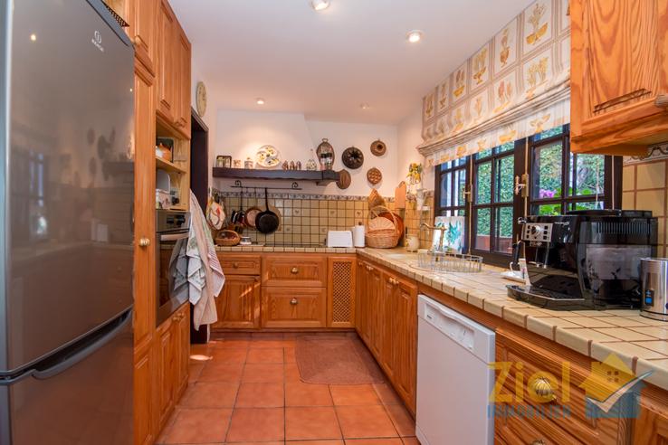 Helle Küche mit Vorratsraum