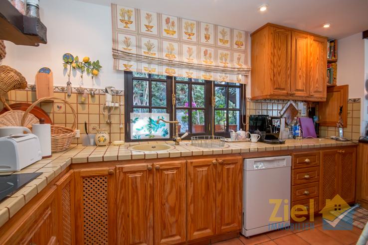 Rustikale Einbauküche mit viel Arbeitsfläche
