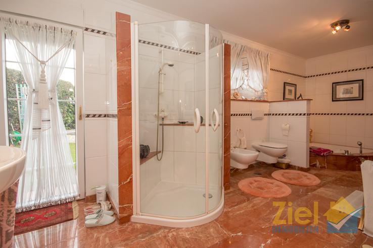 Masterbad mit Dusche und Eckbadewanne
