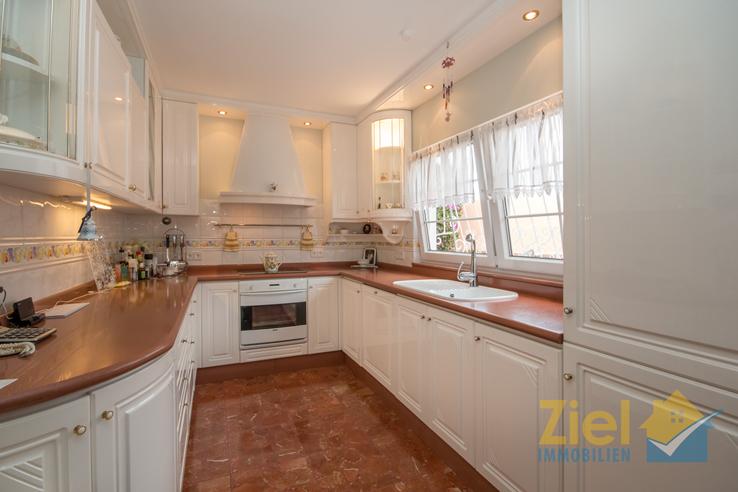 Separate Küche mit viel Arbeitsfläche