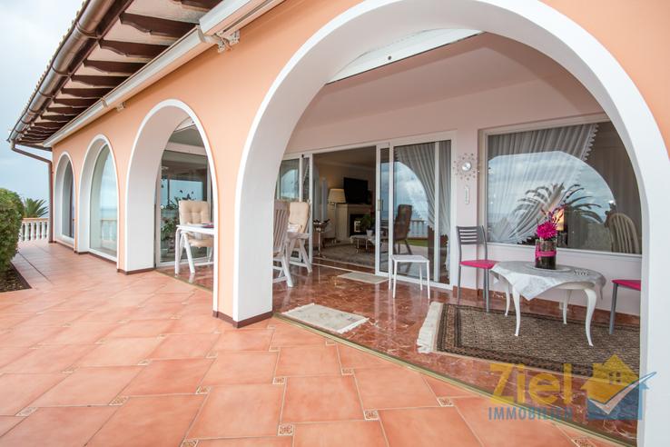 Lauschige Terrasse im mediterranen Stil