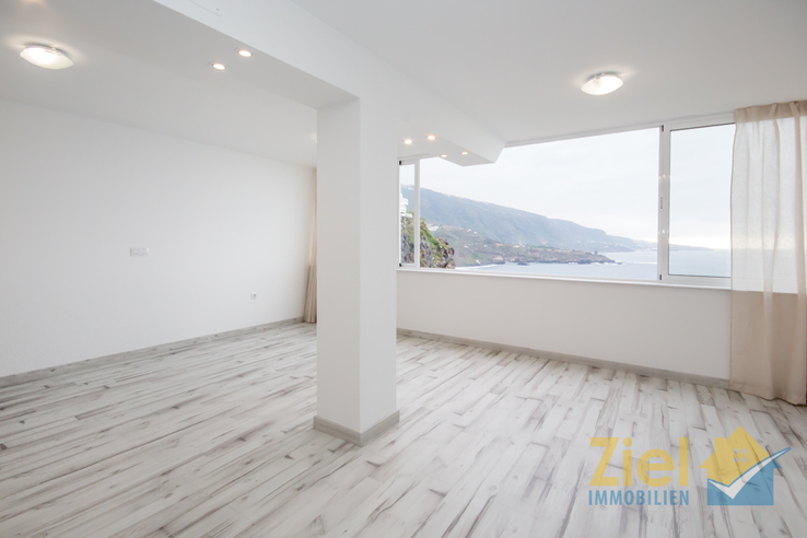 Luminöses Wohnzimmer mit Panorama