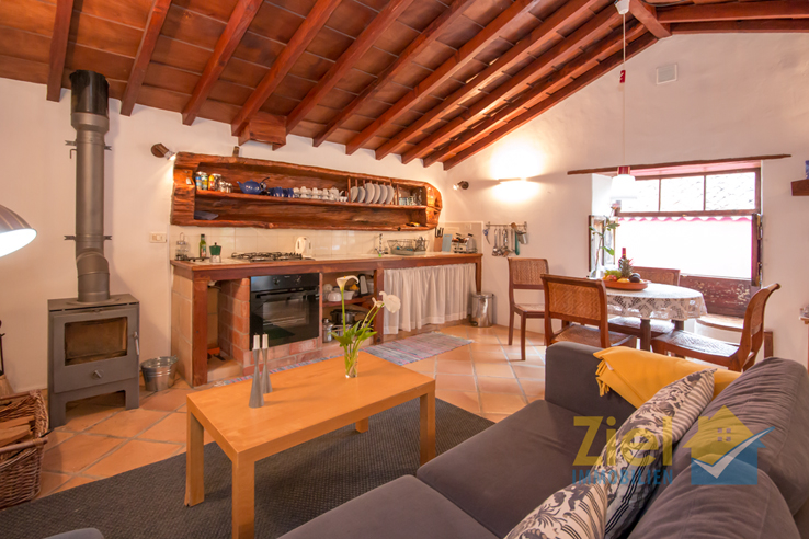 Rustikale Küche und Wohnzimmer