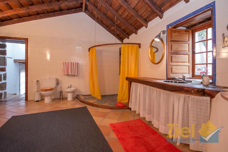 Weitläufiges Badezimmer mit Eckdusche