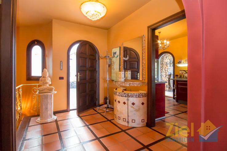Freundliches Foyer des hübschen Hauses