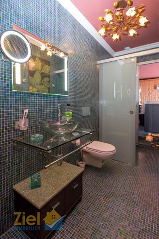 Geschickt positioniertes Badezimmer