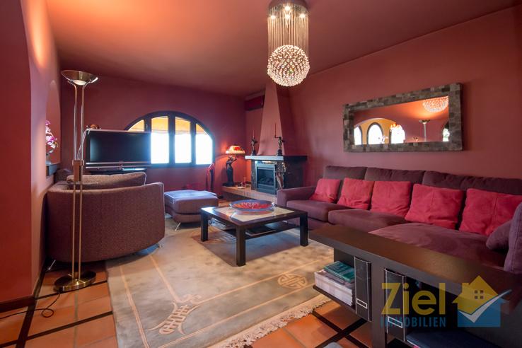 Aparter Wohnraum mit Kamin