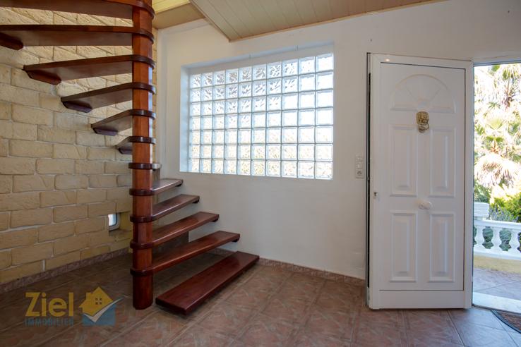 Eine Wendeltreppe führt in die erste Etage