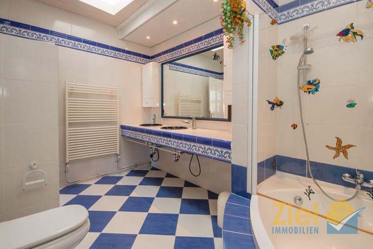 Grosses Badezimmer im maritimen Stil