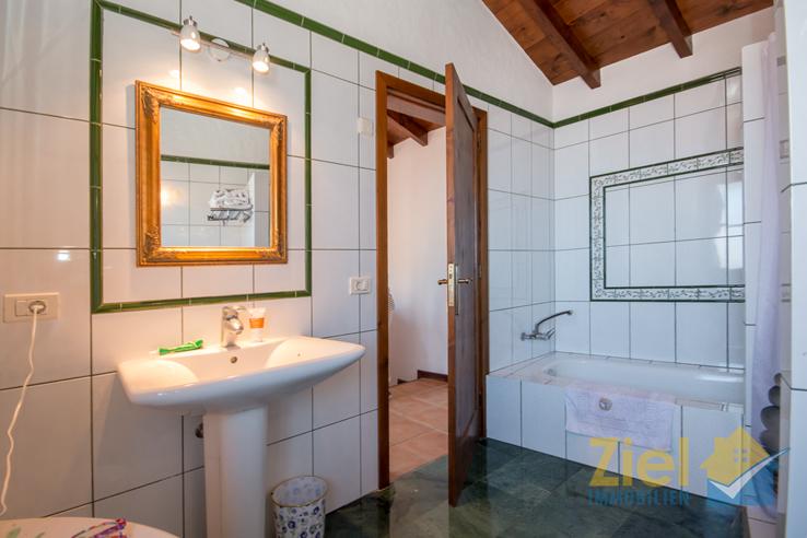 Badewanne im dezenten Bad der 1. Etage