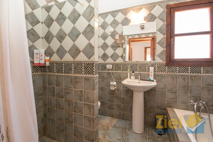 Stilvolles Bad mit Wanne und Dusche