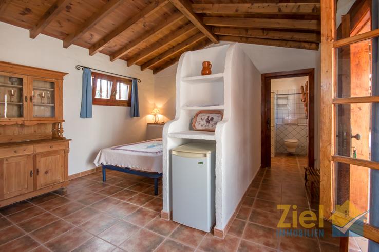 Uriges Wohn-Schlafzimmer mit Bad