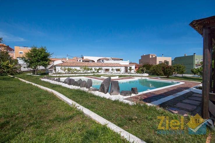 Pool im Stil von Cesar Manrique