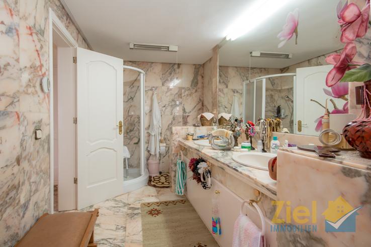 Elegantes Badezimmer mit Dusche und Wanne