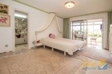 Grosses Schlafzimmer mit Terrassenausgang