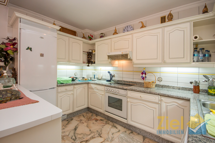 Luftige Küche mit grosser Arbeitsfläche