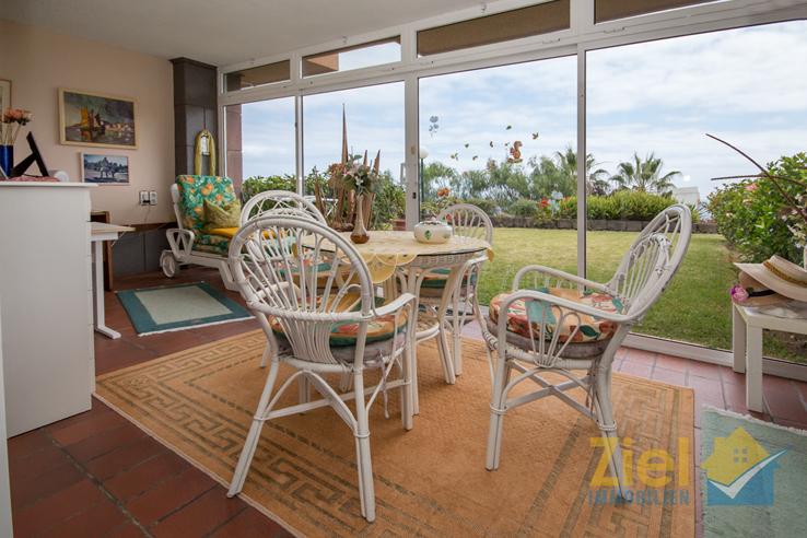 Verglaste Terrasse mit Blick in den Garten