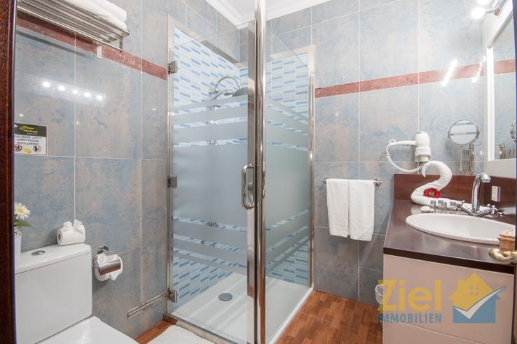 Zi 1_Freundliches Duschbad mit Waschtisch