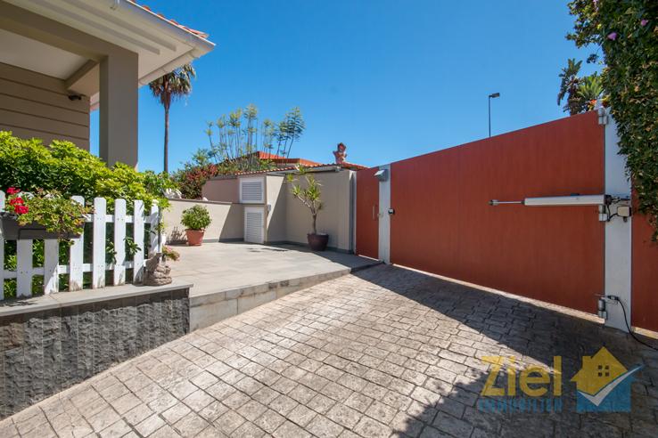 Hauseingang und elektrisches Einfahrtstor