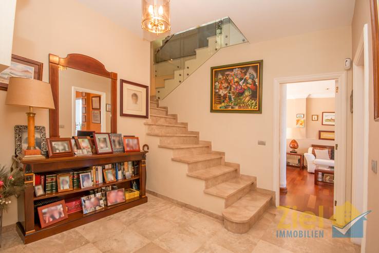 Treppenaufgang mit edlem Glasgeländer