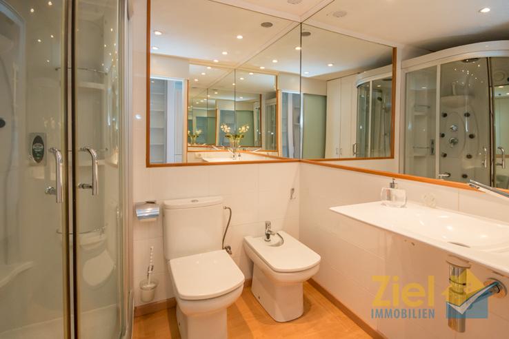 Exemplarisch verspiegeltes Badezimmer