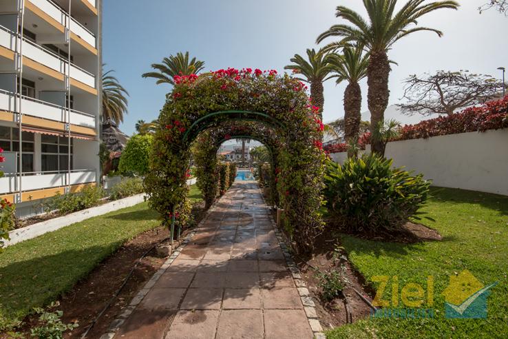 Bunt blühender Garten der Hotelanlage