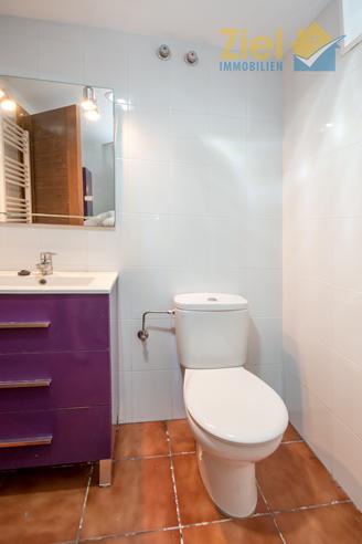 Kleines Bad mit farblichem Akzent
