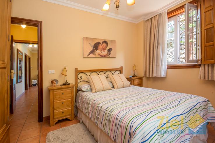 Schlafzimmer mit frischem Gartenblick