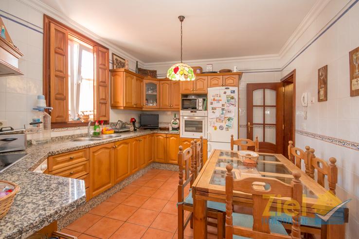 Auch in der Küche dominiert Holz