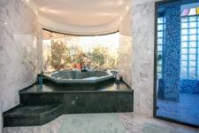 Luxus Bad mit Jacuzzi und offener Dusche