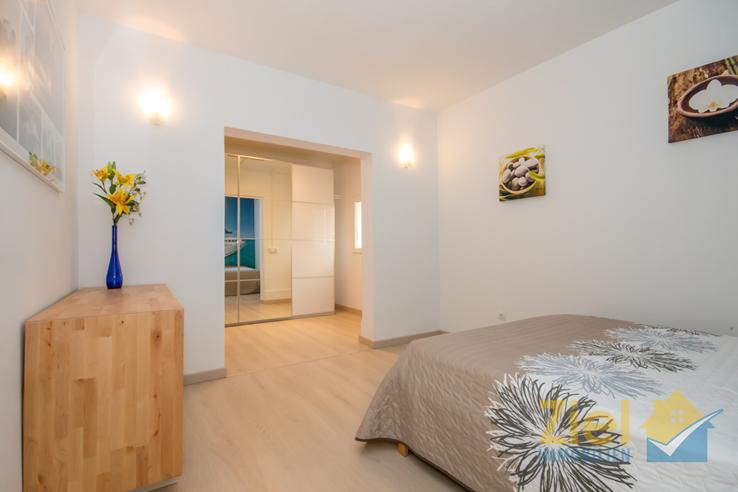 Hauptschlafzimmer mit Blick zur Ankleide