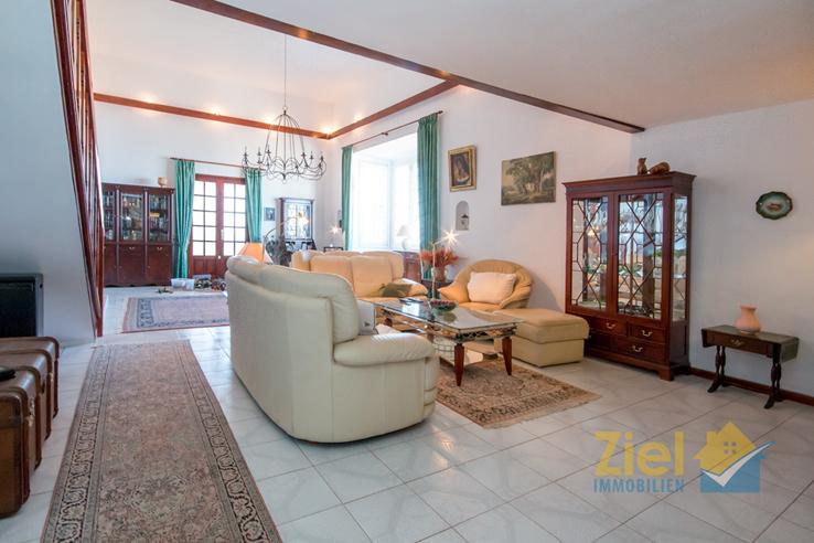 Grosses Wohnzimmer mit hoher Decke