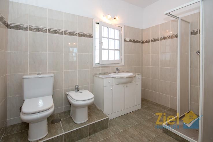 Hell gestaltetes Duschbad des Apartments