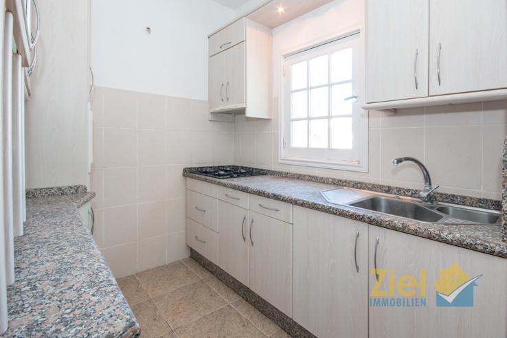 Helle Arbeitsfläche in der Apartment-Küche