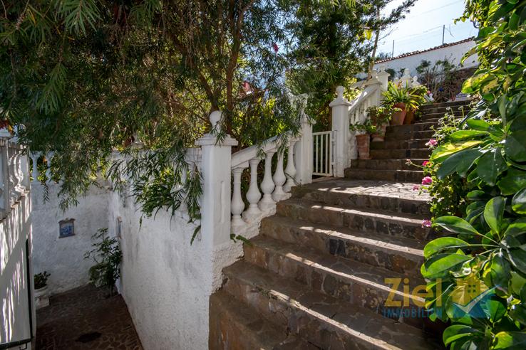 Treppen führen zum Wohnhaus