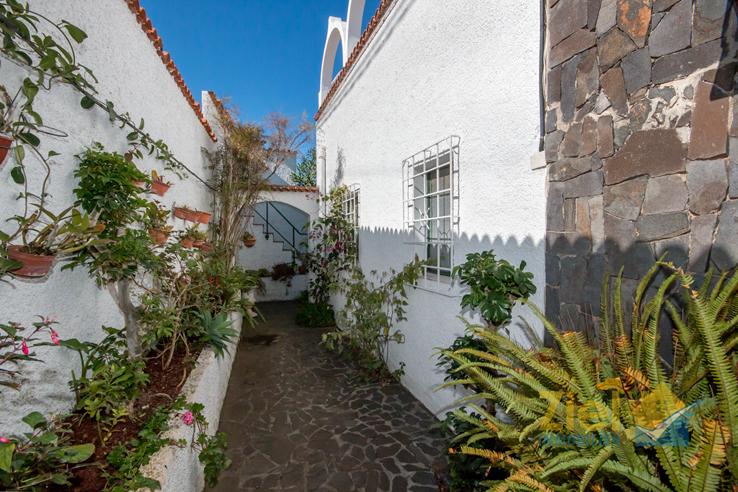 Weg vom oberen Eingang zum Wohnhaus