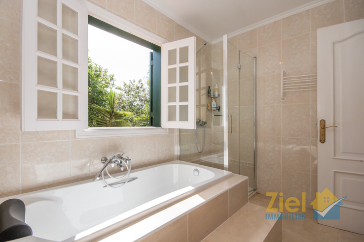 Oberes Bad mit Wanne und Dusche