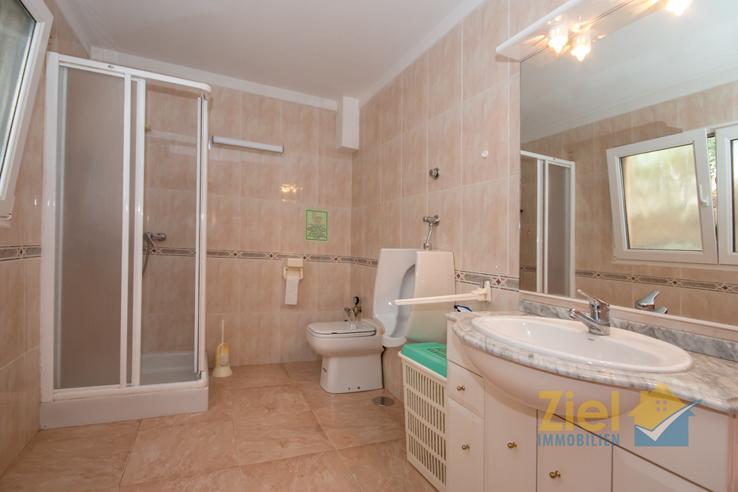 Weites Duschbad im Apartment 1