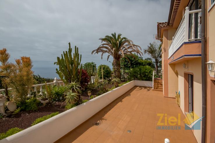 Sonnige Terrasse vor den Apartments