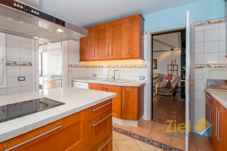 Luftige Küche mit Terrassenzugang