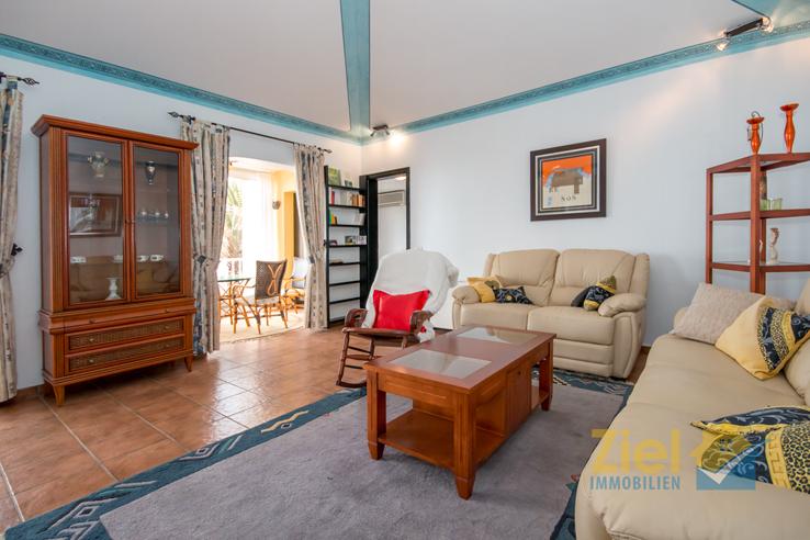 Helles Wohnzimmer mit hoher Decke