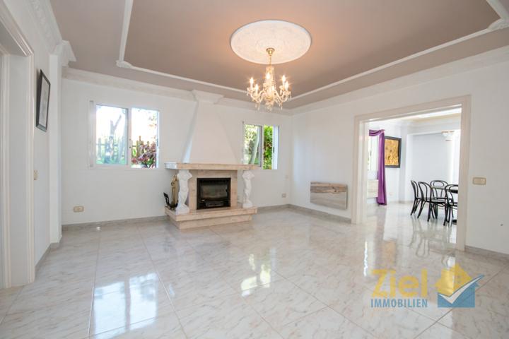 Luftiges Wohnzimmer mit Kamin