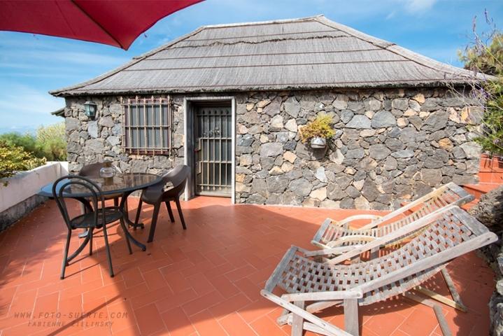 Bungalow 2 - Eingang und Terrasse