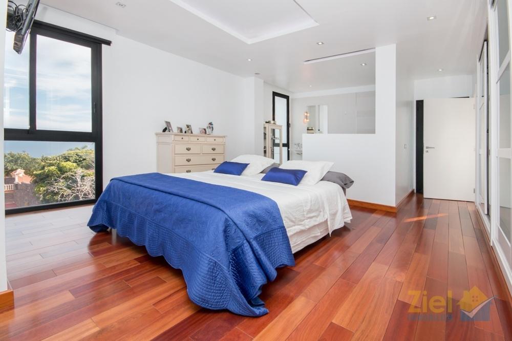 Zentrales Doppelbett im Hauptschlafzimmer