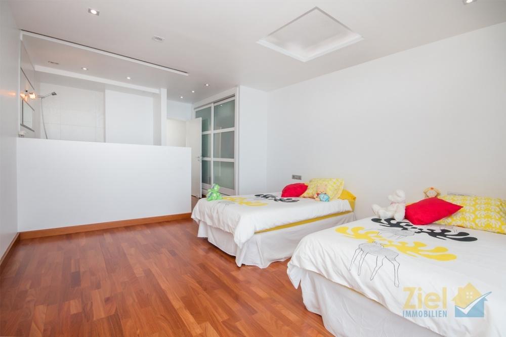 Drittes Schlafzimmer mit Einbauschrank und offenem Bad