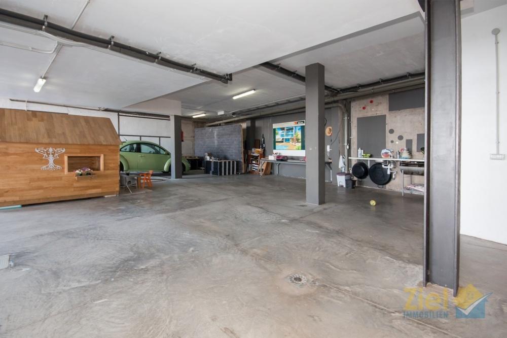 Offene Garage mit Platz für diverse Autos