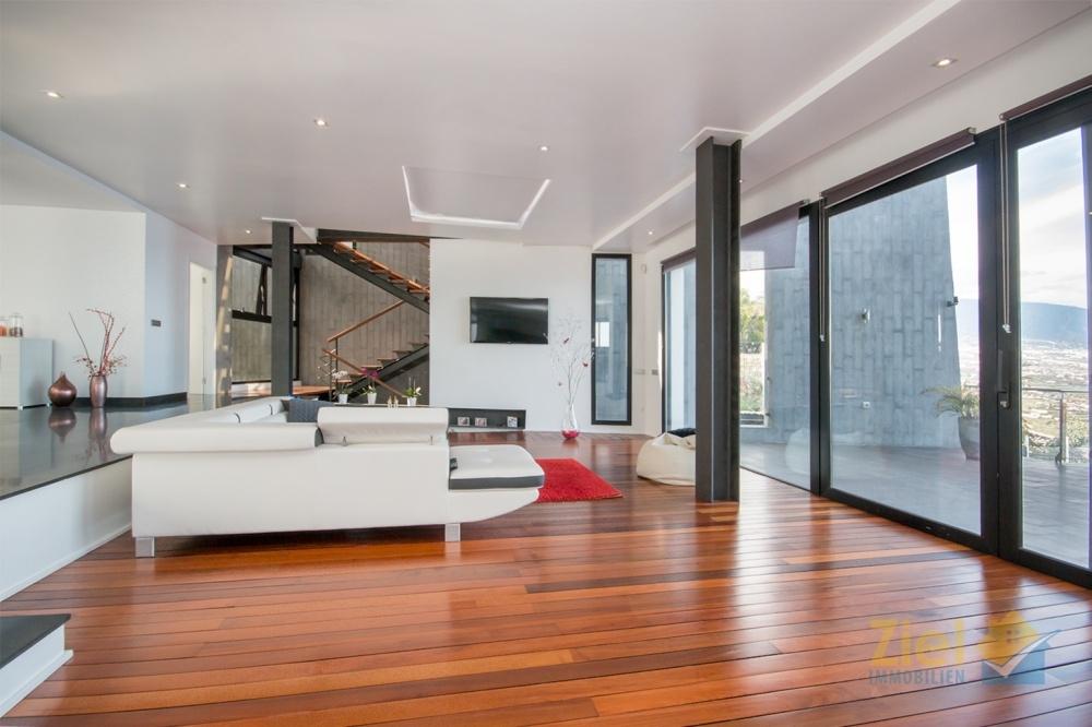 Offener Wohnbereich mit Fensterfront