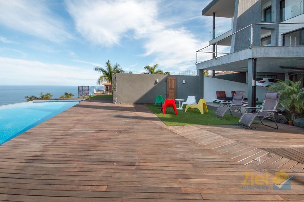 Terrassensitzplatz beim Pool in der unteren Wohnebene