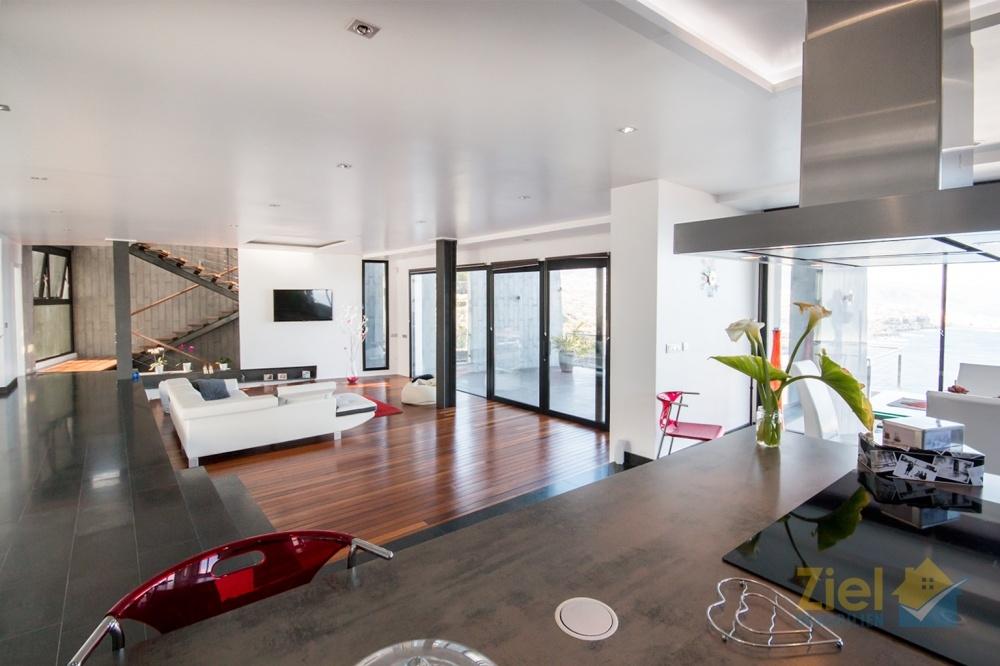 Von der Küche überblickt man den ganzen Wohnraum