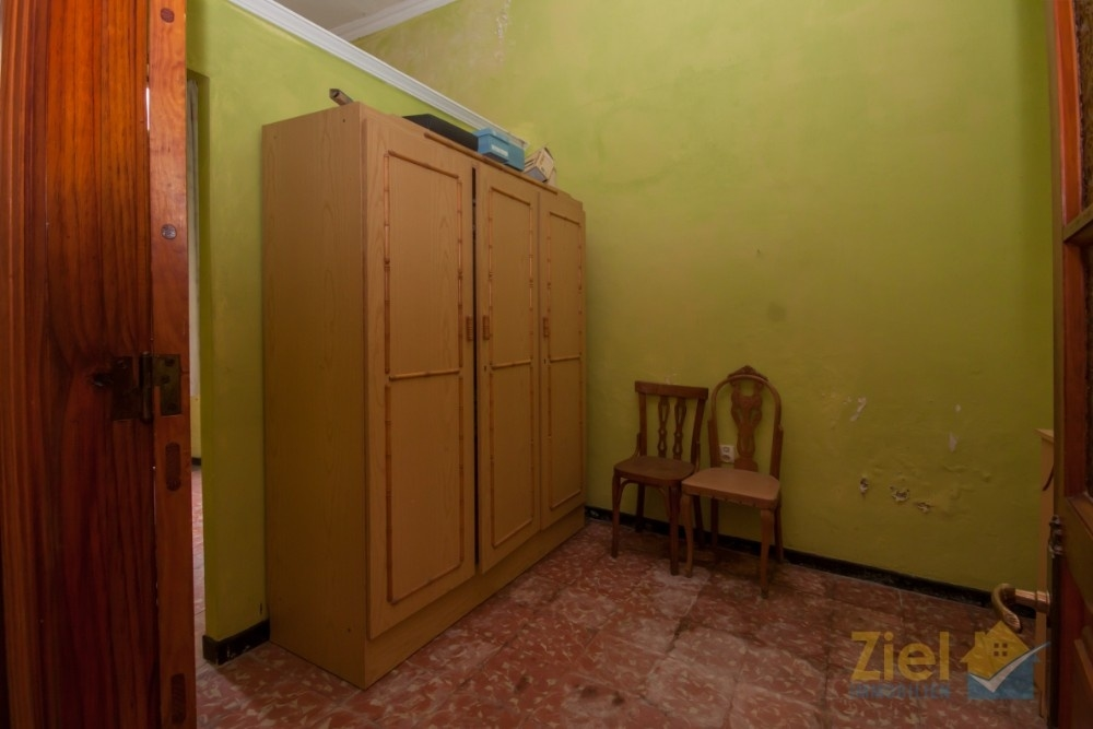 Unterteiltes Schlafzimmer beim Eingang wurde als Ladenlokal genutzt